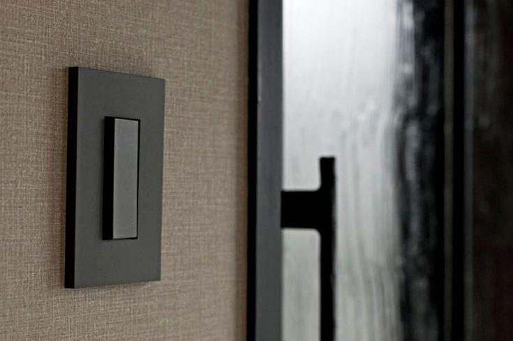 <p>戸の額縁もスイッチプレートと同じ色に塗装。細かいけれど、こういう工夫で空間の統一感が出る。</p>