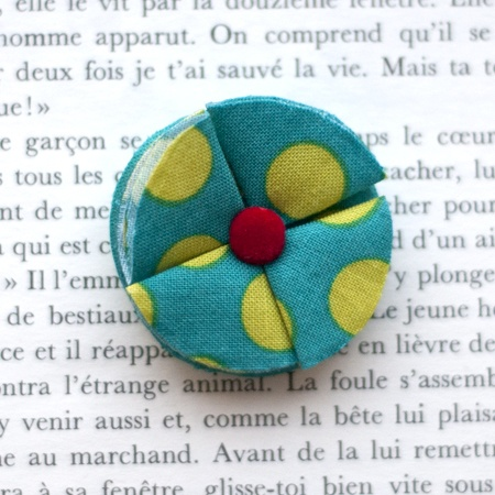 "1.7"" Fabric brooch 'Green Kezako' - $13.30  #broche #brooch #tissu #fabric #peachbanana"