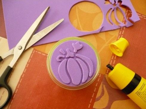 Timbre de goma eva: Cortar el diseño de goma eva. Pegar un círculo de goma eva en un pedazo de madera y sobre éste, pegar el diseño. Usar pegamento resistente al agua para poder lavar después de usar. Untar en tinta y estampar. (Website in Italian) X