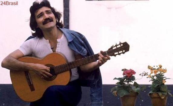 Fãs recebem corpo do cantor Belchior no Ceará nesta segunda-feira