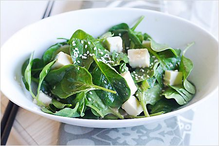 Spinach and Tofu Salad with Japanese Sesame Miso Dressing - Eating healthy doesn't mean that one has to swallow tasteless and unappetizing food. #tofu #miso #spinach