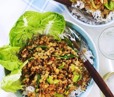 En kryddig indisk färsgryta som bjuder på många spännande smaker. Kryddor som curry, kardemumma, sambal oelek och kokosmjölk bidrar till den stora förvandlingen i denna rätt. Servera grytan tillsammans med nykokt rykande ris samt en grön och krispig sallad och det är dags att slå sig till bords.
