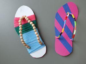Slippers met (strijk)kralen, wol en vlechtstroken. Bij gebrek aan voldoende budget kun je ook gekleurde rietjes klein knippen.