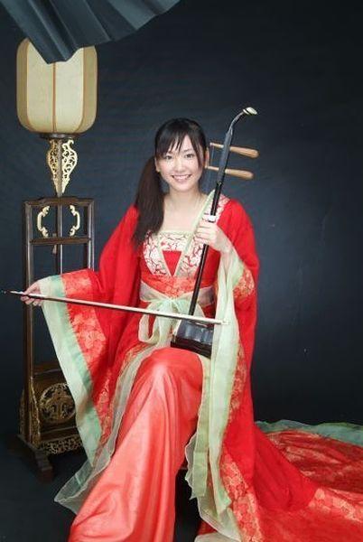 中国風の着物を着て二胡を弾いてる(フリをしてる)ガッキー。 様になってるのが凄くいい♡