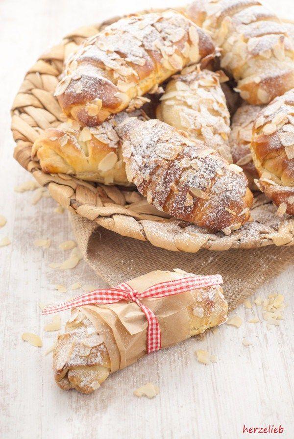 Buttermilchhörnchen mit Apfel-Gries Füllung. Schnell und einfach zu machen! Toll als Kuchen oder als Frühstück für unterwegs.