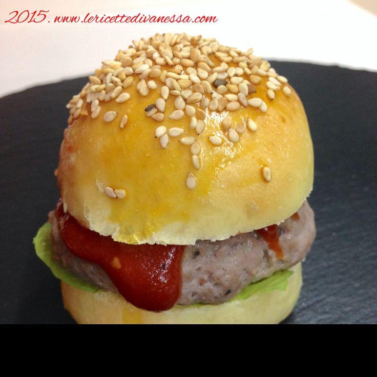 Mini burger un po finger food un po what's american boy... Per scoprire la ricetta andate nel mio blog!! #lericettedivanessa #miniburger #burger #salsa #BBQ #fingerfood #whatsamericanboy #fastfood http://www.lericettedivanessa.com/altre-ricette/mini-burger-con-salsa-bbq
