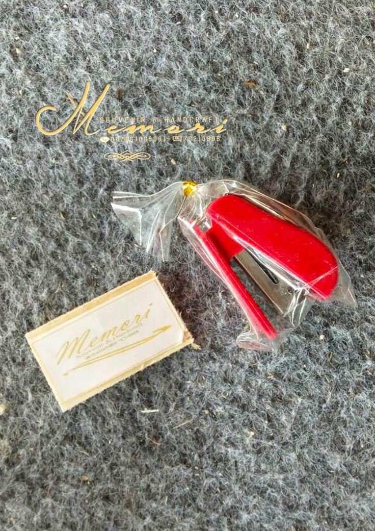 Mini Staples..  Aneka macam souvenir mulai dari harga 1000 sista bisa dilihat-lihat atau samperin langsung basecam kami di Jln Sriwijaya (timur epic.mall) More info 081917457928 atau pin di 7C21090B  #memorisouvenir #gadweddingorganizer #lomboksouvenir #souvenirmurah