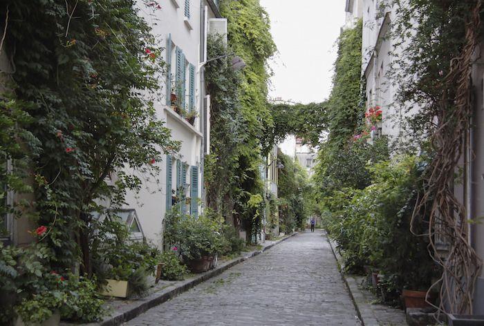 Des maisons de poche qui ne dépassent pas les 3 étages, de la vigne vierge qui n'en fait qu'à sa branche et des façades où la glycine est reine. La Rue des Thermopyles c'est un p'tit bout de campagne à Paris. 280 mètres d'air pur et de tranquillité.  Métro : Pernety