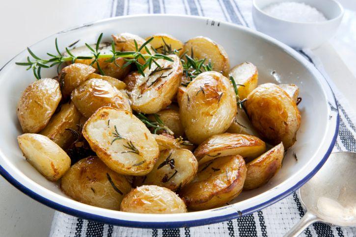Receta de patatas griegas 8 patatas grandes 4 dientes de ajo picados 1/2 taza de aceite de oliva Jugo de 1 limón Sal y pimienta 1 cucharada orégano