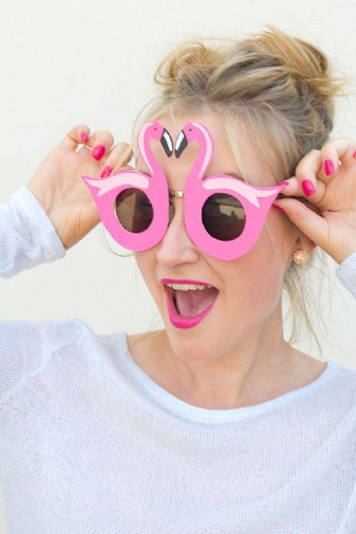 Handfie - Ideas para decorar con flamencos en verano - gafas de sol