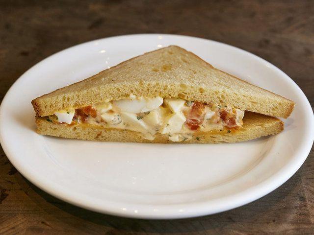 食通のためのグルメメディアdressing「dressing編集部」の記事「サンドイッチもデザートも卵づくし! 『PATH』のパティシエが監修した卵料理専門店『エッグスタンド』」です。