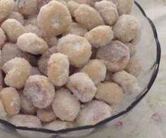 Ingredientes: Cobertura: , açúcar refinado para passar as rosquinhas , Calda para passar as rosquinhas: , algumas gotas de essência de rum , 2 xícaras (chá) de água , Massa: , 1 xícara (chá) de pinga , 1 xícara (chá) de açúcar , 2 colheres (sopa) bem cheias de gordura vegetal , 1 kg de farinha de trigo ,