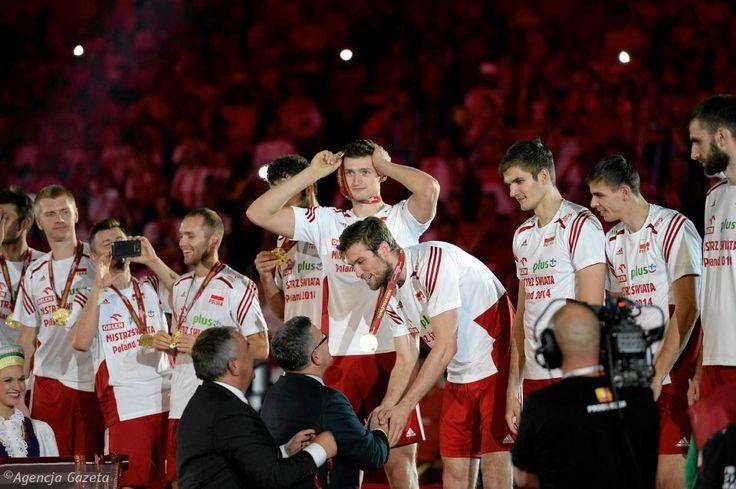 Polscy siatkarze odbierają złote medale.