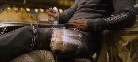 Cypher e la sua gamba rotta dal film della Columbia Pictures Dopo Terra