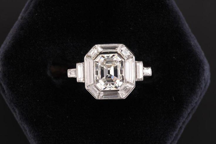 """Bague """"Art Déco"""" sertie au centre d'un diamant taille émeraude 1,50 carat Vers 1930"""