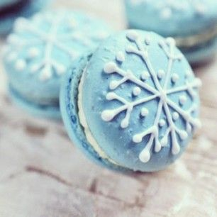 Snowflake maccaroons~ great to have at a Christmas tea with friends..might have to do this.