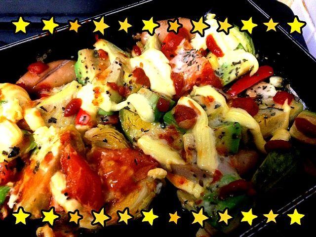 ニンニク、マッシュルームをオリーブオイルで軽く炒めて、芽キャベツ、ソーセージ、トマト、アボカド、赤パプリカを投入。  塩、コショウ、ハーブスパイス、チーズ、ピザソース、マヨネーズ、ケチャップで味つけ。  食べる直前にレッドハバネロソースを振りかけて、hot&spicy メチャうまで、いっきに完食しました - 60件のもぐもぐ - ピザ風 芽キャベツとソーセージのチーズ&マヨ焼き / baked Brussels sprouts & sausages with cheese and mayonnaise by kabayaki