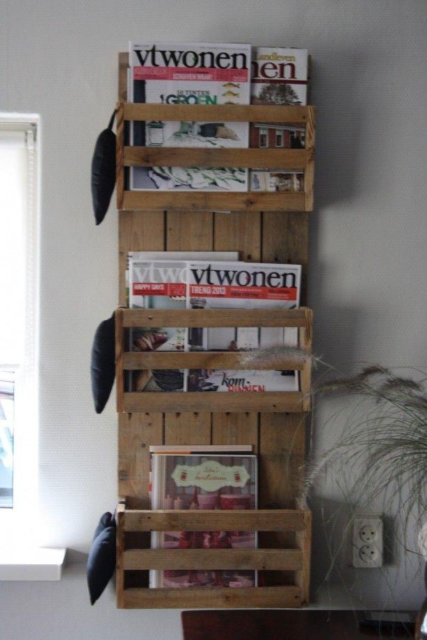 Leuke boekenrek, op te hangen aan de muur. Gemaakt van pallethout
