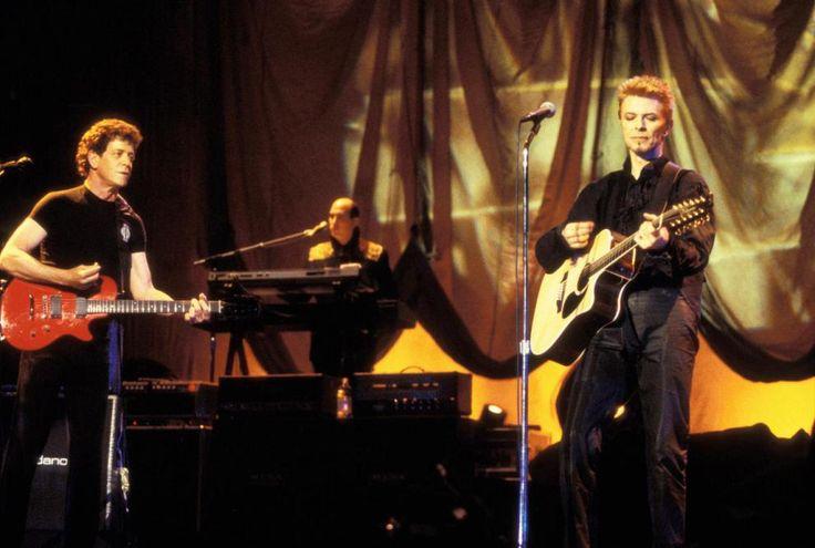 """Je Waiting For The Man - Lou Reed e David Bowie Per festeggiare il Cinquantesimo compleanno, nel 1997 Bowie organizzò un grande concerto al Madison Square Garden di New York, con Dave Grohl, Billy Corgan, Frank Black dei Pixies e Lou Reed.  Con quest'ultimo e """"Reine Bitch"""" Esegui Bowie """"Je suis en attente pour l'homme""""."""