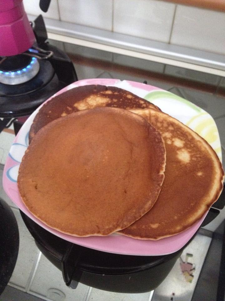 La ricetta dei pancake da fare col Bimby. Ingredienti: 300 gr latte, 1 uovo, 15 gr burro, 50 gr zucchero, 225 gr farina, 1/2 bustina di lievito per dolci, burro per imburrare la padella.