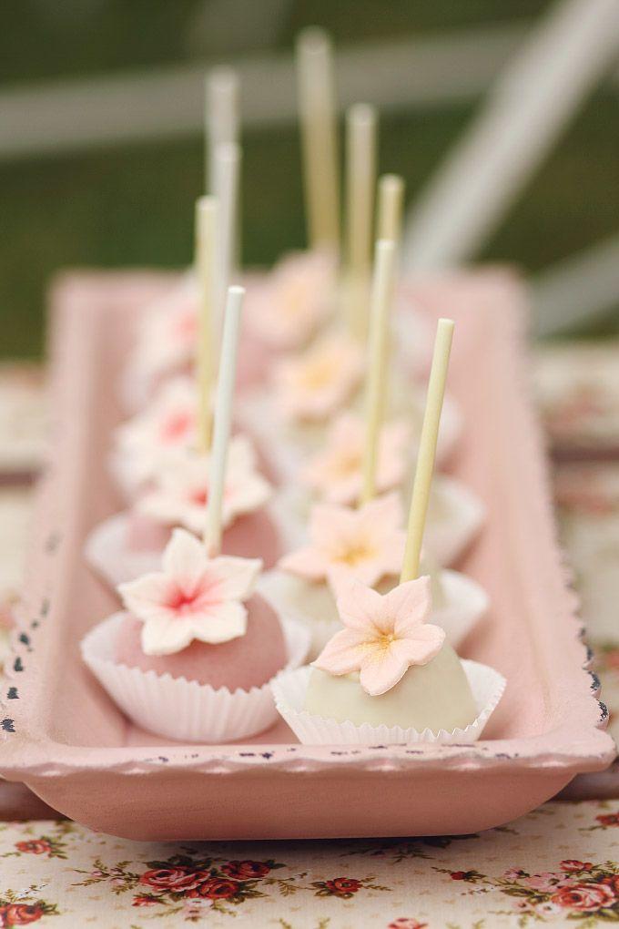 #Cakepops für die #Candybar / #SweetTable bei der #Hochzeit Die ganze Fotostrecke gibt es auf http://www.liebe-zur-hochzeit.de/eine-candybar-fuer-die-hochzeit-im-vintage-stil/ zu sehen <3