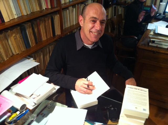 """Ο Βαγγέλης Ραπτόπουλος υπογράφει το βιβλίο του, """"Η υψηλή τέχνη της αποτυχίας""""."""