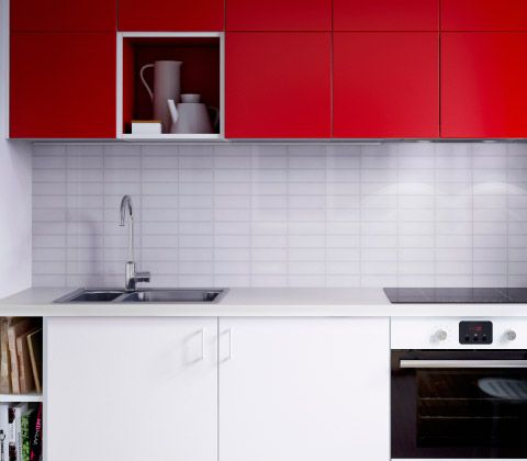 beautiful plan rapproch duune cuisine moderne ikea blanche avec lments muraux rouges vier with. Black Bedroom Furniture Sets. Home Design Ideas