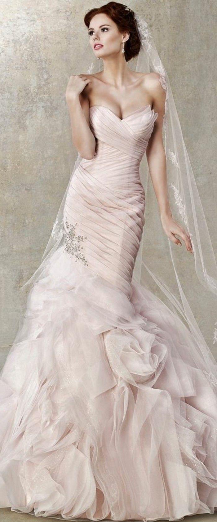 Brautkleid in Rosa und langen schleier