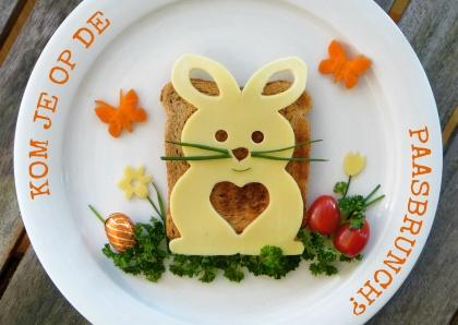 Vrolijk versierd bord, leuk als uitnodiging voor de Paasbrunch! - Easter brunch? Fun decorated plate with toast and cheese-bunny. Kaartje2go - Creagaat Pasen Pinkster