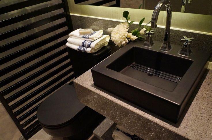 Design de interiores: louças sanitárias escuras em banheiros e lavabos