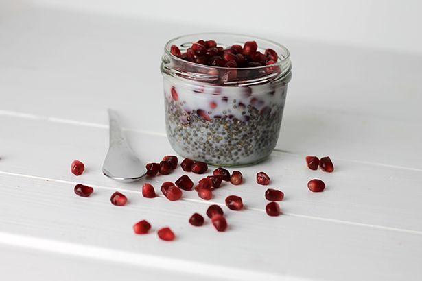 Das Grundrezept für Chia-Pudding ist denkbar einfach:  Grundrezept: 1 EL Chia Samen + 100 ml Flüssigkeit + Obst + optional Nüsse, Mandelpl...