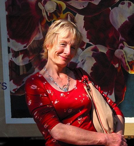 Rosie Sander's unique style of painting pushes the boundaries of Botanical Art and whilst fitting loosely into the tradition  of the genre, the size of her compositions and intense richness of colour sets her apart from her contemporaries. The Flower paintings have a sensuous quality and drama ..Biography and videos of Devon based botanical artist Rosie Sanders.