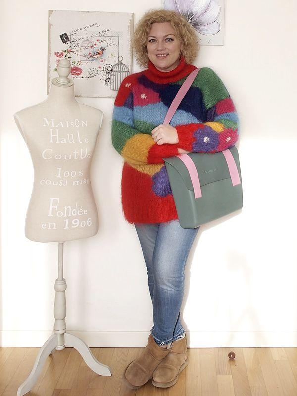 Coloratissimo outfit curvy con maglione vintage e borsa-zaino Mix Match di MH Way. Più qualche considerazione sul costo della moda.