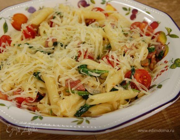 Паста с беконом, шпинатом и помидорами