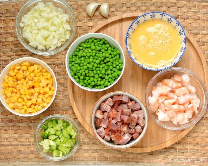 De ingrediënten van Chinese gebakken rijst.  Food blog © MEVRYAN.COM  #recept #Chinees #koken #nasi #rijst #ei #mais #vlees #garnalen
