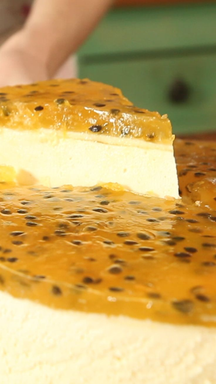 Delicioso cheesecake con cobertura fresca de parchita.