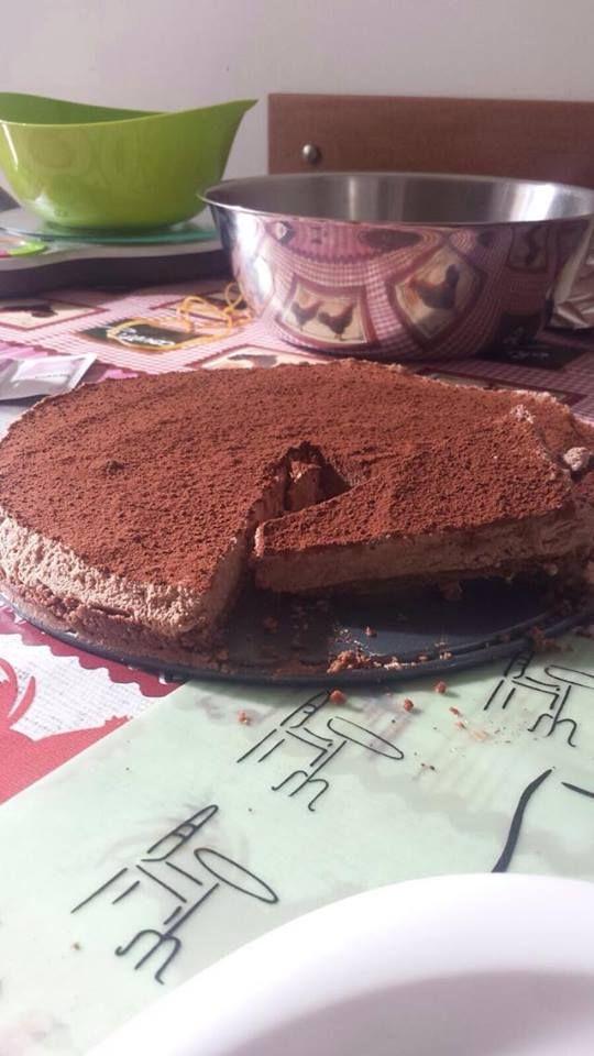 TORTA AFRICANA VEGANA  Torta gelato tipo cheesecake al cioccolato, ma VEGANA!  300 ml di panna di soia 70 ml di latte di soia 150 gr di cioccolato fondente  Per la base: Biscotti al cioccolato vegan (150 gr) 50 gr di burro  #vegan #vegancake #cake #chocolate #cheesecake
