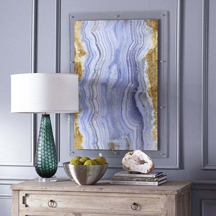For a fabulous interior: paint a wall in one of the colours of your agate art. The trick is to make the colours blend, so be sure to pick the right colour. Your print will look modern but chic when framed in Perspex.