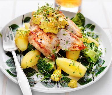 En himmelsk rätt av kycklingfilé med äpple- och curryröra. Den spännande röran tillreds av ingredienser som tärnat äpple och lök som fräses tillsammans med curryn, en perfekt kombination av smaker. När fräset svalnat blandas det med gräddfil och blir ett perfekt tillbehör till kycklingen.