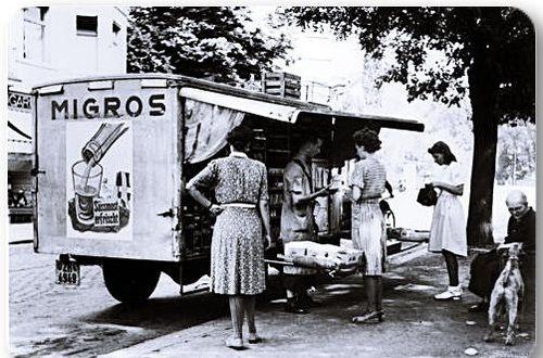 """Yakın zamana kadar faaliyet göstermiş olan """"Migros gezici satış kamyonu"""" (1960)"""
