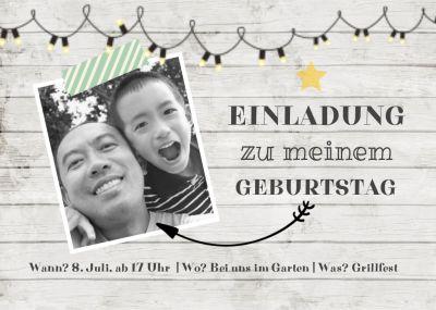 Trendy Geburtstagseinladung als Fotokarte auf weißem Holz.
