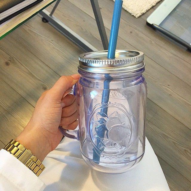 Ya tomaste suficiente agua ???  Una regla sencilla  Si eres un adulto sano, no estas embarazada o en lactancia, puedes calcular tu ingesta de agua diaria adecuada según tu peso.  PESO en KG x 33 : ml