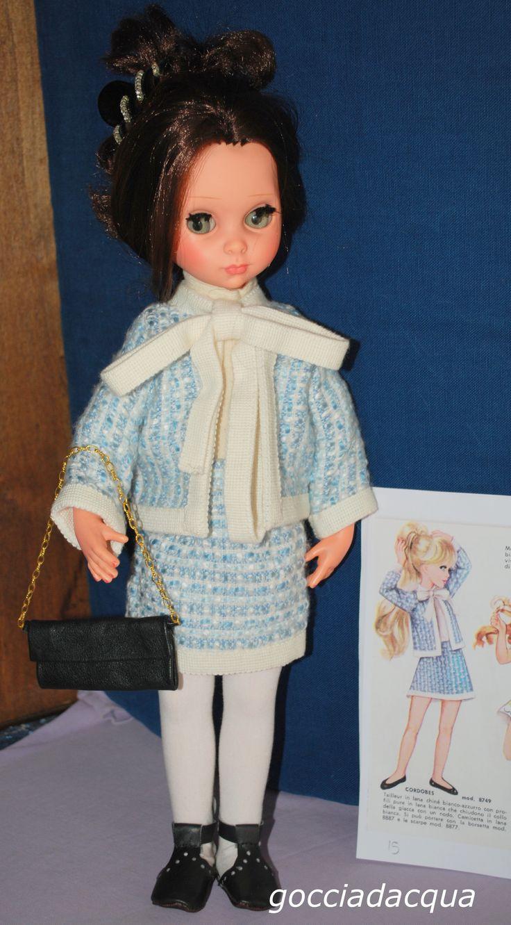 Susanna indossa un tailleur bon ton ispirato a 'Cordobes', il modello più retrò del catalogo 1968