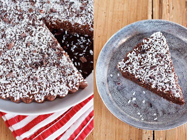 RAW vegan coconut cacao brownies, met amandelen, dadels, cacopoeder en kokos - moet niet in de oven en bewaart maanden in de vriezer.