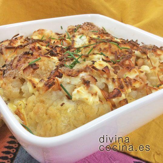 Esta coliflor dorada al horno puede servirse caliente o templada. En lugar del queso fresco puedes usar cualquier queso tierno a tu elección, o simplemente eliminar el queso del batido de huevos y cubrir con queso rallado.