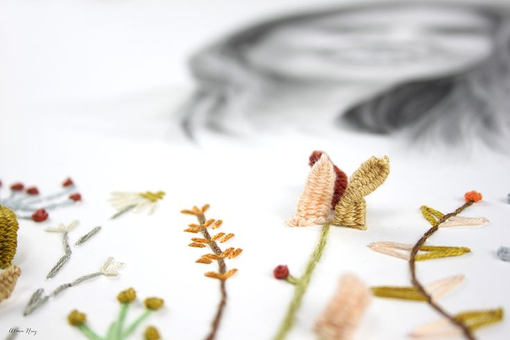 Retrato dibujado a lápiz con flores bordadas sobre papel de Almu Ruiz. Pencil drawing and embroidery portait.