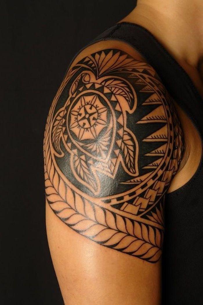 Tribal Turtle auf der Schulter, sinnvolle Tattoo-Ideen, schwarze Spitze und Hintergrund