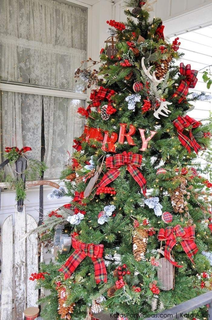 A red classic Christmas Tree! See 10 more Christmas Tree Decorating Ideas on dreambookdesign.com