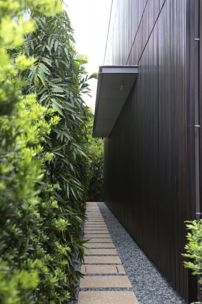 GARDEN DESIGN DOWN NARROW SIDE OF HOUSE ; PAVERS AND STONES