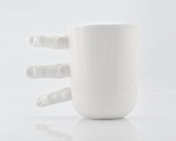 Tasse de porcelaine blanche – thé ou tasse de café avec les doigts